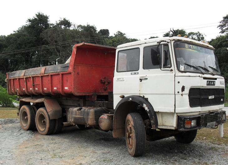 Caminhão aprendido pela Guarda Municipal de Barueri por jogar entulhos na Chácaras marco